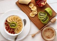 Eigengemaakt gezond ontbijt: havermeel met verse vruchten op kom Stock Fotografie