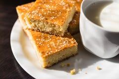 Eigengemaakt graanbrood met kaas en yoghurt, gezond ontbijt royalty-vrije stock foto