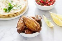 Eigengemaakt heerlijk voedsel van tortilla's, salsa en gebraden vleugels stock afbeelding