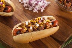 Eigengemaakt Heet Chili Dog met Cheddarkaas Royalty-vrije Stock Foto