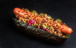 Eigengemaakt Heet Chili Dog met Uien en saus royalty-vrije stock foto
