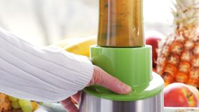 Eigengemaakt: het maken van verse gezonde vruchten en bessen smoothie met mixer stock video