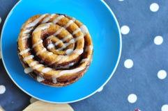 Eigengemaakt Kaneelbroodje met Vanillesuikerglazuur Stock Afbeelding
