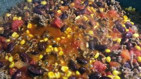 Eigengemaakt Mexicaans die stijlchili con carne op de pan wordt gestoofd stock footage