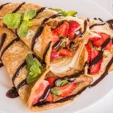 Eigengemaakt omfloerst met aardbeien en chocoladestroop Stock Foto's