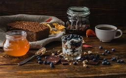 Eigengemaakt ontbijt met bosbessen royalty-vrije stock afbeeldingen