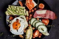 Eigengemaakt Ontbijt, Scrambled ei met gesneden tomaat, bacongrill en broden op plaat Hoogste mening met exemplaarruimte stock afbeeldingen