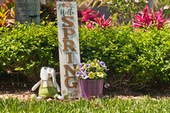 Eigengemaakt, Paashaas en houten de lente welkom teken stock afbeelding