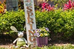 Eigengemaakt, Paashaas en houten de lente welkom teken royalty-vrije stock foto's