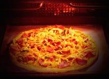 Eigengemaakt pizzabaksel in de elektrische oven Zachte nadruk Stock Foto