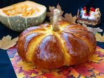 Eigengemaakt pompoen gevormd die brood op een donkere achtergrond wordt gevestigd stock foto's