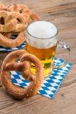 Eigengemaakt pretzels en bier stock fotografie