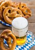 Eigengemaakt pretzels en bier Stock Afbeelding