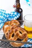 Eigengemaakt pretzels en bier Royalty-vrije Stock Foto's