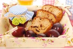 Eigengemaakt pruim en honingsbrood Stock Foto