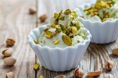 Eigengemaakt roomijs met pistaches in ceramische kommen Royalty-vrije Stock Foto's