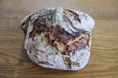 Eigengemaakt rustiek die brood van dinkel wordt gemaakt Stock Afbeeldingen