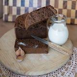 Eigengemaakt vers brood met melkzout en knoflook royalty-vrije stock fotografie