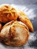 Eigengemaakt vers brood op de donkere lijst Stock Afbeelding