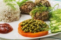 Eigengemaakt voedsel Gekookte rijst met een vleeskarbonade en verse groenten Royalty-vrije Stock Afbeeldingen