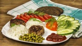 Eigengemaakt voedsel Verse groenten en gekookte rijst met vleesribben Royalty-vrije Stock Afbeelding