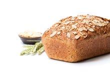 Eigengemaakt volkorendieroggebrood met amandelen op wit worden geïsoleerd stock foto's