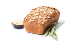 Eigengemaakt volkorendieroggebrood met amandelen op wit worden geïsoleerd royalty-vrije stock afbeelding