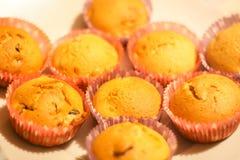 Eigengemaakt zoet muffinbaksel in vormen in oven royalty-vrije stock foto