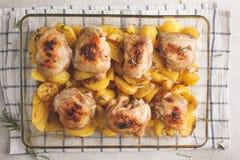 Eigengemaakte aardappelen in de schil met kip in een glasschotel Eenvoudige hom royalty-vrije stock fotografie
