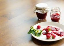 Eigengemaakte aardbeijam (marmelade) in kruiken Royalty-vrije Stock Afbeelding
