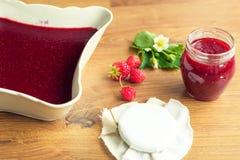 Eigengemaakte aardbeijam (marmelade) in kruiken Royalty-vrije Stock Afbeeldingen