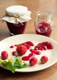 Eigengemaakte aardbeijam (marmelade) in kruiken Royalty-vrije Stock Foto