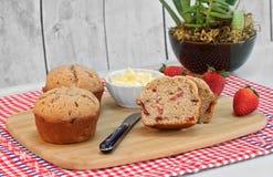 Eigengemaakte aardbeimuffins, besnoeiing en geheel, met verse strawberr stock fotografie