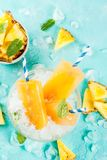 Eigengemaakte ananasijslollys stock foto's