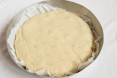 Eigengemaakte appelcake in de pan in de oven Italiaans voedsel stock foto