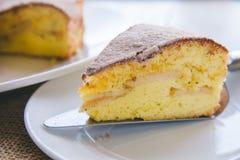 Eigengemaakte appelcake Koekje sluit omhoog van een plak van cake op witte plaat stock afbeeldingen
