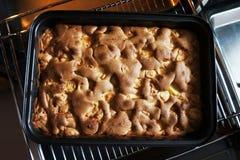 Eigengemaakte appeltaart in de oven stock afbeeldingen