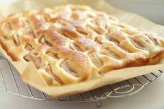Eigengemaakte appeltaart in pakpapier op een metaaltribune Stock Foto's