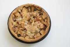Eigengemaakte appeltaart tegen witte achtergrond stock afbeeldingen