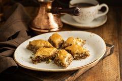 Eigengemaakte baklava met noten en honing Stock Afbeelding