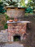 Eigengemaakte baksteenoven voor het branden van aardewerk in de yard stock foto