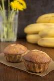 Eigengemaakte banaanmuffins op het bakseldocument Royalty-vrije Stock Fotografie
