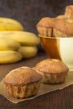 Eigengemaakte banaanmuffins op het pakpapier Royalty-vrije Stock Afbeelding