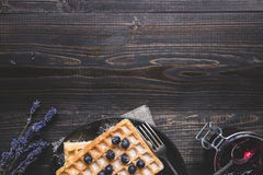 Eigengemaakte Belgische wafels met bosbessen op de donkere houten lijst met exemplaarruimte royalty-vrije stock foto's