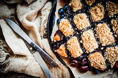 Eigengemaakte bessencake op rustieke achtergrond Stock Foto's