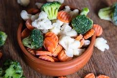 Eigengemaakte bevroren organische groenten in een ceramische kom stock foto's