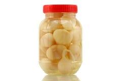 Eigengemaakte bewaarde knoflookgroenten in het zuur in azijn, zout Stock Fotografie