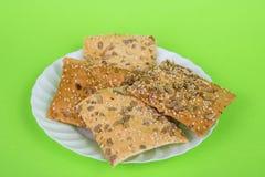 Eigengemaakte bij op een groene achtergrond kernachtig brood met zonnebloem, vlas en sesamzaden Dieet koekjes royalty-vrije stock afbeeldingen