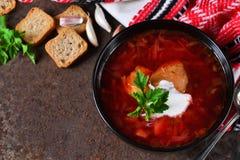 Eigengemaakte borsjt met vlees en zure room Stock Afbeeldingen