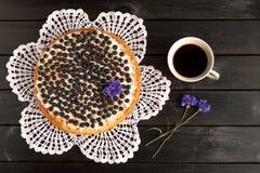 Eigengemaakte bosbessenpastei met een kop koffie en korenbloemen Royalty-vrije Stock Foto